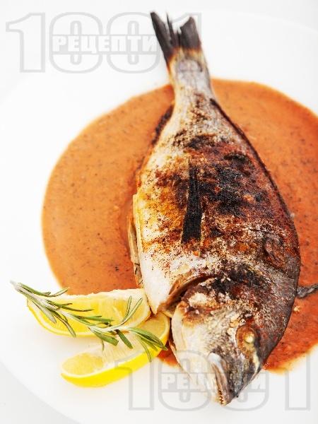 Печена риба ципура с хрупкава коричка на керемида във фурна с доматен сос с кориандър, розмарин и копър - снимка на рецептата